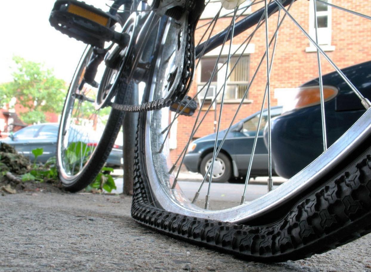 сдутое велосипедное колесо